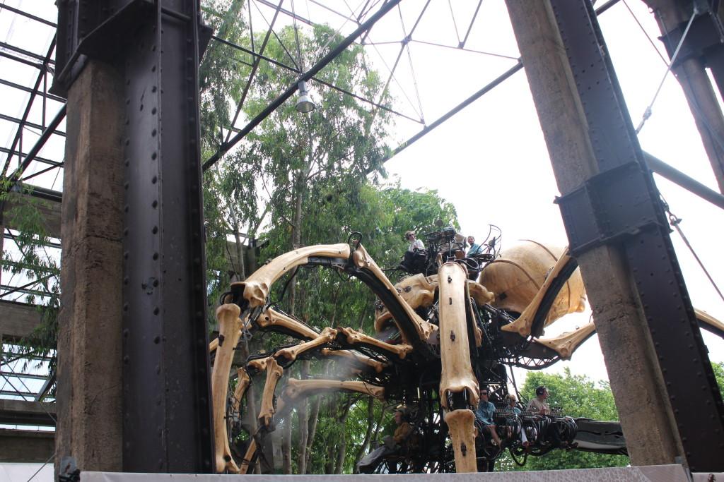 La grande araignée des Machines de l'Île passe saluer les makers sous les nefs où se tenait l'événement.
