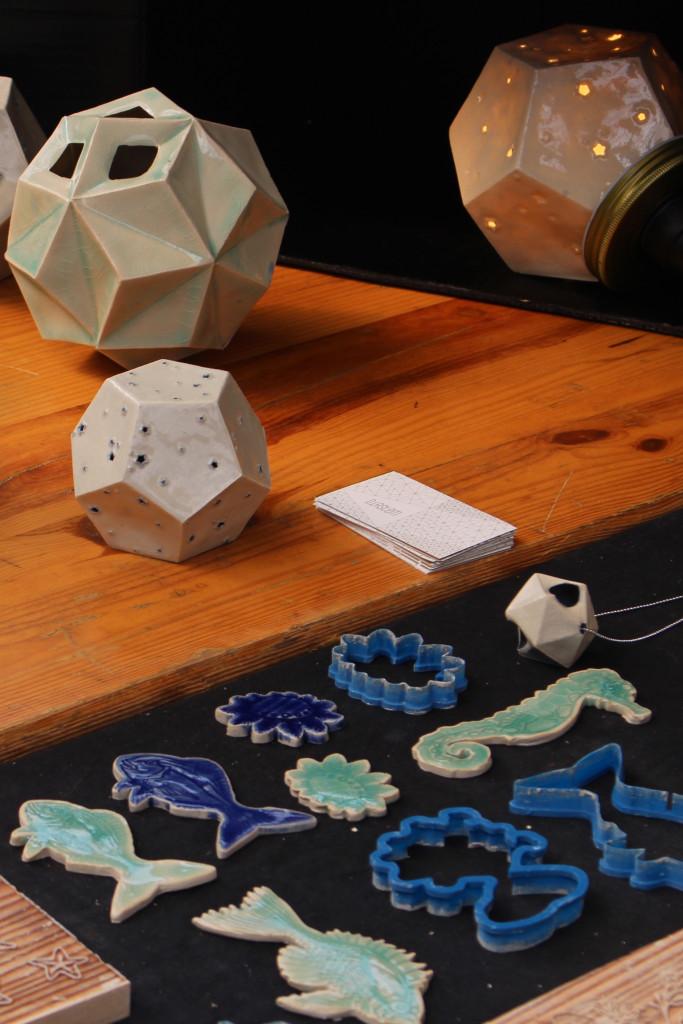 L'utilisation originale des machine-outils du fablab avec des emporte-pièces en impression 3D et des tampons gravés sur bois au laser par Isabelle et Laure, ou comment dépoussiérer l'art de la céramique !